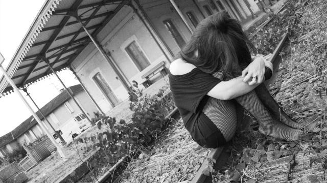 一个人抱头心碎绝望的伤感图片