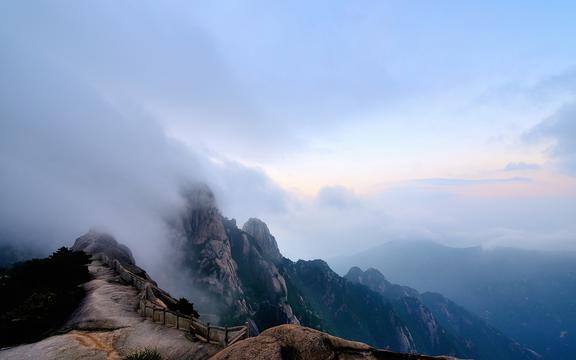 云遮雾绕的黄山