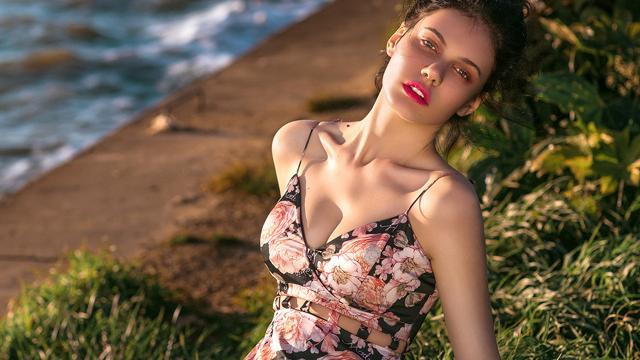 性感吊带裙欧洲美女户外火辣写真