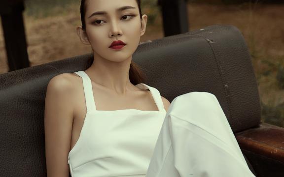 时尚高冷的美女模特迷人写真