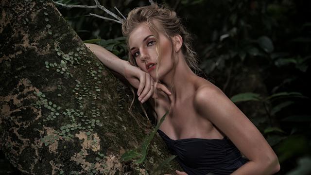 性感黑裙欧洲美女森林户外写真