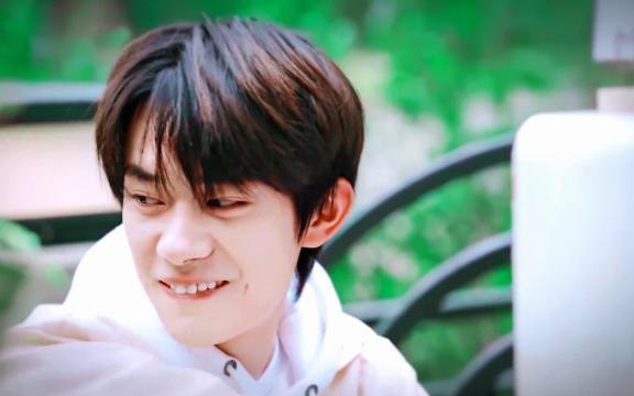 今日份男孩易烊千玺休闲帅气写真