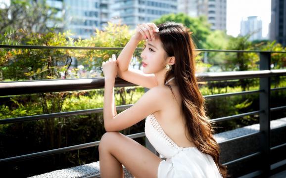 清纯白皙丰满美女时尚写真