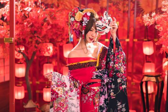 妖艳霸气的和服美女时尚写真