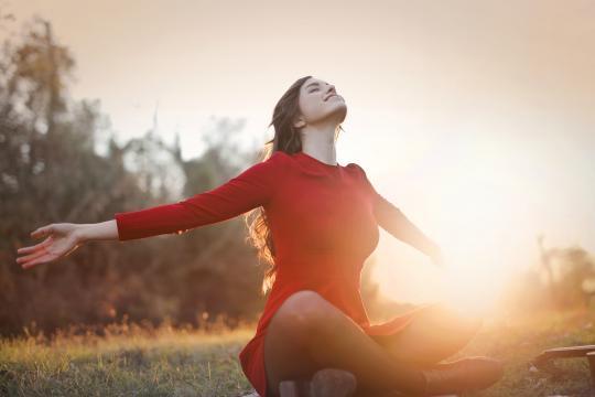 阳光下的长发欧洲美女气质写真