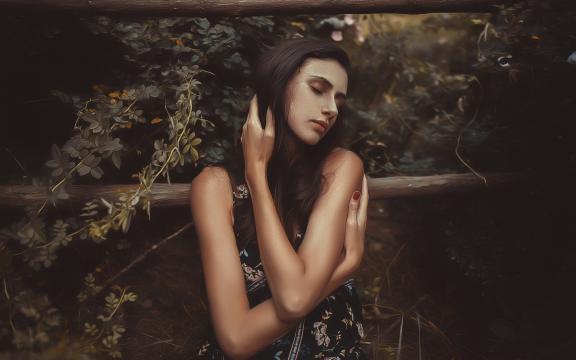 长发欧洲美女的性感迷人写真
