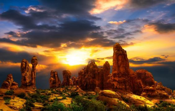 瑰丽石柱后面的阳光