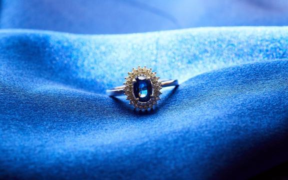 美丽梦幻的蓝宝石戒指