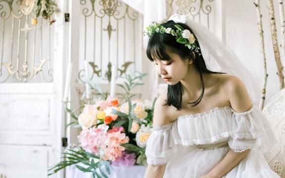 身穿洁白婚纱的女神