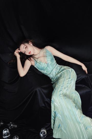 迪丽热巴薄荷绿长裙性感迷人写真