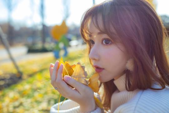 秋日银杏树下的清纯文艺少女唯美意境写真