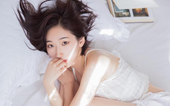 清纯邻家女孩清爽短发白色蕾丝吊带诱人写真