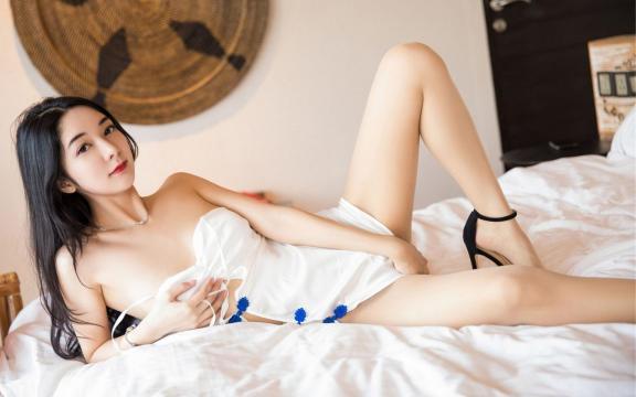 美女模特性感迷人酥胸床上诱惑写真
