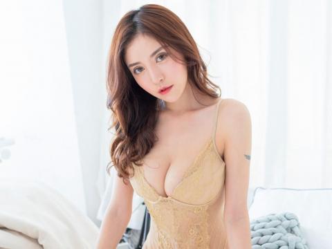 风情美女大胸床上性感写真